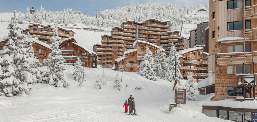 France_Portes-du-Soleil-Ski-Area_Avoriaz_Resort-view-skiers.jpg